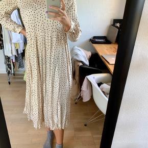 Super fin lang/midi kjole fra ZARA i knækket hvid med sorte prikker. Har et krøllet look, som også kan stryges eller dampes væk. Brugt meget få gange 🌸