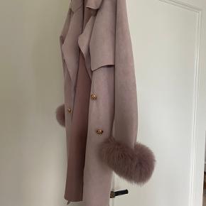 Lækker jakke i ruskindslook fra Buch Copenhagen i str L(passer en M-L) 65% polyester og 35% bomuld. Med fineste guldknapper.  Brugt 2 gange, fejler intet. Pels på ærmerne. Bytter ikke.