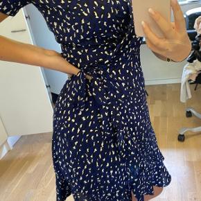 En rigtig fin slå om kjole i den fineste blå farve💙