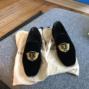 Sælger disse Louis Vuitton Auteuil Slippers. Den eneste slidtage på dem er på snuderne.  Det er købt for 680 € i ROM svarende til lidt over 5000