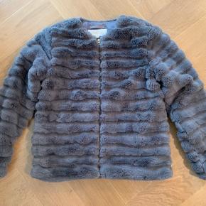 Den lækreste jakke i blød pels.  Smuk grå farve og kun brugt få gange.