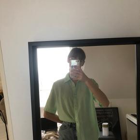 Vintage grøn skjorte, der passer xs-m afhængigt af fit.