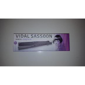 Glattejern Fra Vidal Sassoon   Kan varme op til 180°c  I fin stand med original æske og brugsanvisning.  Lampe der lyser når det tændes   Byd endelig   Afhentes i Odense N eller sendes på købers regning