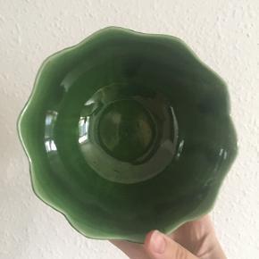 Fin bladskål fra Portugal. I fin stand. Måler ca 15 cm i dia og 7 i højde.