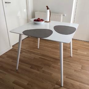 Spisebord perfekt til par eller studielejligheder. Enkelte skader i lakken - se billede.