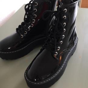 Fede sorte boots  Kun brugt en gang hjemme