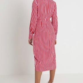 Kjole fra Envii, aldrig brugt og fremstår som ny.  Bytter ikke og køber betaler fragt