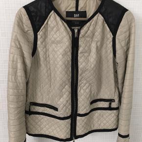 Skøn kviltet jakke. Lynlås, rå kanter Godt brugt men ses overhovedet ikke på ydersiden. Indeni er stoffet gået lidt i to syninger. Gør intet og den kan bruges lang tid endnu 🌞
