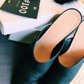 Fine sko i ægte læder, spids snude. Mindre hæl, ca. 5,5 cm. Åben bag på. Brugt én gang. Størrelsessvarende, måske en anelse lille i str.  Np. 700,-    ✔️ FRI FRAGT med Dao 🎉💸 195,- inkl.   Bytter ikke.