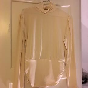 Jeg sælger denne fine bluse fra Nelly, den er aldrig blevet brugt ✨