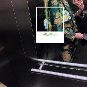 - BENYT 'KØB NU' FUNKTIONEN, VED KØB -  Aflang lille hvid taske fra Chinese Laundry. Tasken har et blomstret mønster i grønne, blå og gule nuancer, hanke og detaljer i grønt kunstlæder og indvendige lommer til opbevaring. Kan både benyttes som clutch og som skuldertaske.   ○ Mærke: Chinese Laundry ○ Størrelse: One Size - Højde, med hank: 29 centimeter - Højde, uden hank: 12 centimeter - Bredde: 30,5 centimeter - Dybde: 4,5 centimeter ○ Stand: Næsten som ny ○ Fejl/Mangler: Har små mærker udvendigt og små ridser/hakker i den sølvfarvede kant øverst ○ Materiale: Ukendt - intet invendigt mærke