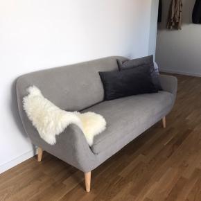 Sofa fra jysk. Sælges uden puder og lammeskind og kan afhentes i Køge
