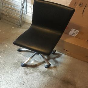 Sort kontorstol sælges!  Stolen er brugt i begrænset periode - herefter har den bare stået opmagasineret. Jeg husker ikke, hvor den er købt, men nyprisen lå på 299. Prisen er til at forhandle om.   Skriv, hvis der skulle være andre spørgsmål til stolen.