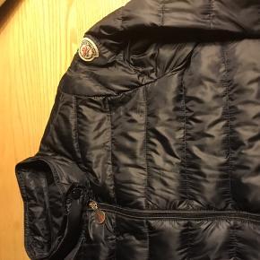Lækreste moncler jakke til børn ( str. 12 år/ 152) Brugt men i super stand. Bud fra 800pp. Ved ts betaler køber ts gebyret 😊