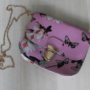 Sød lille sommer taske, aldrig brugt. Kan afhentes eller sendes fra 40,-