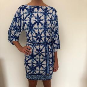 Fineste kjole fra Michael Kors, den er i størrelsen xxs men jeg er en small og passer den perfekt. 95% polyester 5% elasten.