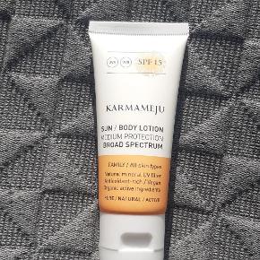 Karmameju sun/bodylotion solcreme faktor 15. Ny og ubrugt. 30 ml (rejsestørrelse).  Sender også gerne med postnord (10 kr) på eget ansvar.