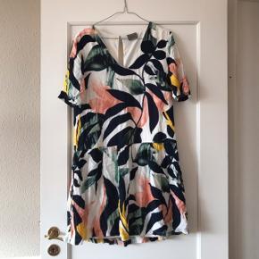 Rigtig pæn blomstret / mønstret kjole i lyserød, gul, mint og sort samt hvid 🌸 skærer i taljen og har en knap bagpå samt en lille åbning i ryggen. Kjolen har desværre fået et hul/en gået syning lige under åbningen i ryggen, derfor den billige pris ☺️ kan sikkert nemt fikses, hvis man er god til den slags. Der er kun hul i det yderste lag stof, ikke i det hvide inderst. Fra Vero Moda i str. M 🌵  Bemærk - Sendes med DAO (33 kr) eller afhentning ved Harald Jensens Plads, bytter ikke 🌸  ⭐️ kjole Vero Moda lyserød gul mint grøn sort hvid