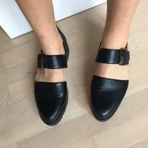 Skoene er brugt få gange og fremstår næsten som ny.
