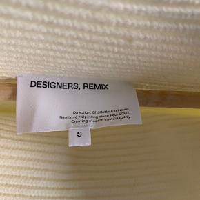 Perfekt lang efterårs strik fra Designers Remix i råhvid. Den er aldrig brugt og er derfor i perfekt stand. Den er oversized og kan derfor bruges i alle størrelser afhængig af hvilken fit man gerne vil have :)