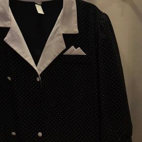 Prikket vintage kjole med fine detaljer.