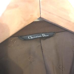 Christian Dior Blazer 100 % cashmere. Åben for bud. Str. 52.   Der er et lille hul foran på jakken men ses ikke tydeligt.