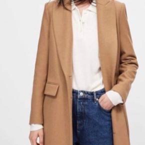 ZARA Basic Masculine coat Str M  Brugt en enkelt dag, sælges da slet ikke får jakken brugt  !!! Kun seriøse henvendelser !!!