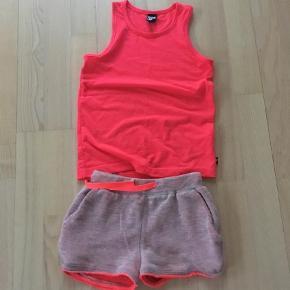 Varetype: Sommersæt Størrelse: 6år Farve: Pink  Top fra D-Xel og shorts fra Dance Sofie Schnoor.  Bytter ikke.  Handler helst via mobilepay.  Ved ts handel pålægges køber ts gebyr på 5%.