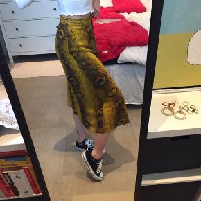 Mega fin gul slangeprints nederdel fra PIECES, str xs, med knapper foran. Sælges kun fordi den er lidt for stor 🌼🌼