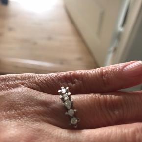 Hvidguld ring med 5 brillianter 0,29 karat i alt H Si, certifikat haves, ringen er str 51