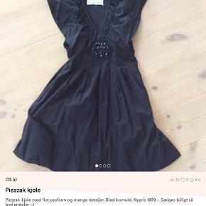 Varetype: Kjole Farve: Sort Oprindelig købspris: 1899 kr. Prisen angivet er inklusiv forsendelse.  Smuk kjole, der fremhæver talje og barm og samtidig er virkelig behagelig at have på :-)  Sælges til en brøkdel af nyprisen! :-)  Se evt også mine øvrige annoncer, hvor jeg bl.a. har en splinterny clutch fra Depeche, en læderjakke til mænd fra Converse og en lækker regnjakke fra Rains :-)