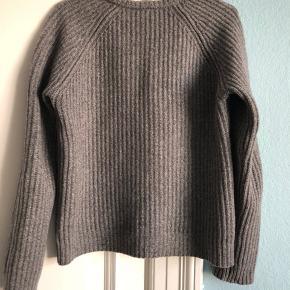 Lækker 100 % lammeulds sweater fra Nué Notes. Den er normal i størrelsen og ikke oversize. Får den desværre ikke brugt og derfor sælges den.