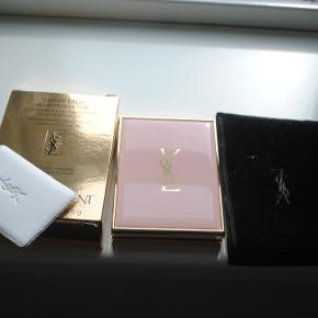 Yves Saint Laurent Touche Éclat Blur Perfector, populært produkt til at udglatte huden, prøvet 1-2 gange, men får det ikke brugt.