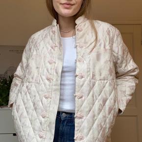 Jacquardvævet jakke.  Jakken er super fin og okay varm. Den har 4 lommer.  Vare nummer : 05921486 (slå oventuelt jakken op for yderligere billeder)