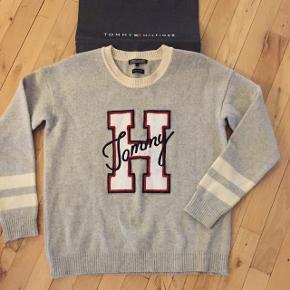 Sweater fra Tommy Hilfiger 100%wool cashmere  Str: M  Sender vía Dao 38kr porto  Afrente på Amager. Modtager  MobilePay ❌bytte ikke