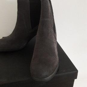 Helt nye grå ruskind støvle Ny Pris 750 kr.