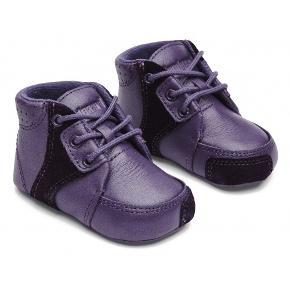 Helt nye prewalkers fra Bundgaard i str. 21. Ligger stadig i æsken. Pris 149kr. Gav 350kr. For dem. Kan afhentes i Søborg eller sendes for 38kr. Med dao.  Lækre Bundgaard prewalker sko i en flot lilla farver og med ruskindsdetaljer. Skoene lukkes med snørebånd, som giver mulighed for at stramme skoen til efter behov. Yderst på snuden findes der ruskind, hvor skoene slider mod gulvet, og derfor forstærker dette område mod slid, således skoene holder længere. Indvendigt har Bundgaard skoene en god læder sål, som vil forme sig efter foden ved kort brug. Skoen er også polstret i åbningen omkring anklen, så den ikke kommer til at stramme. Under bunden af skoen er der læder med gummiområder med den søde Bundgaard maskot.