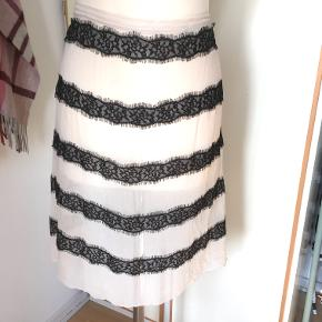 Tidligere By Malene Birger kjole omsyet til nederdel. Gennemsigtig silke materiale elastik i taljen bagpå som gør den fleksibel længde: 54cm