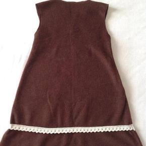 sød spencer kjole i fleece med blonde.