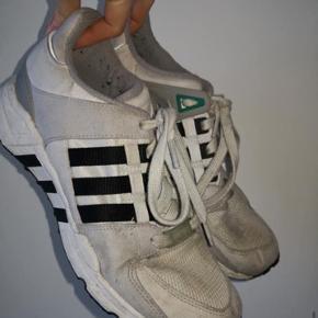Fede Adidas sneakers. Størrelse 39 1/3. Brugte og slidte, men stadig fede. Kan vaskes i vaskemaskinen.
