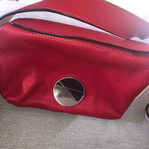 Sælger denne super fine røde Calvin Klein taske. Den er i super god stand og brugt én enkelt gang. BYD gerne!