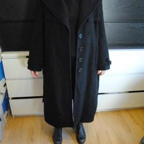 Brand: blukey Varetype: frakke Farve: Sort Oprindelig købspris: 4000 kr.  lækker uldfrakke som er lang. modellen er 165 cm.  den indeholder noget angora og er derfor ekstremt blød. lavet i como italien.