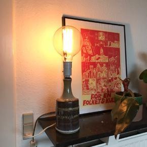 Smuk lampe i stentøj fra Søholm 👌🏼 med en rigtig lækker glasur der løber pænt ned ad lampen. Pæren medfølger ikke 🔍 måler ca. 28 cm i højden og 10 cm i diameter i bunden   Bemærk - afhentes ved Harald Jensens plads eller sendes med dao. Bytter ikke 🌸  💫 Lampe retro stentøj keramik keramiklampe stentøjslampe Søholm Bornholm bornholmsk glasur