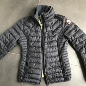 Overvejer at sælge min Parajumpers Geena jakke, da jeg ikke rigtig bruger den..Den er brugt max 10 gange så super stand😉 Str XS men passer også str S