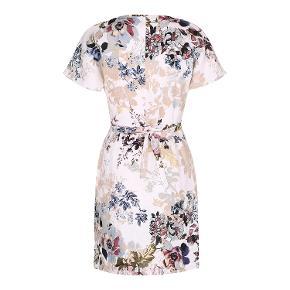 Smuk slå-om kjole i blomstret let hør, med bindebånd. Overvidde: 94 cm. Taljevidde: 76 cm. Hoftevidde: 103 cm. Dansk bæredygtig produktion og design fra FrkDainty.