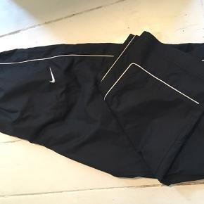 NikeFit Storm, windbreakers, fitnessbukser, træningsbukser sort med hvid stribe. Str. xl. Lynlås i ben. Næsten som nye.  100kr Kan hentes Kbh V eller sendes for 38kr DAO