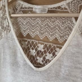 Off-White/hvid/creme farvet let t-shirt fra Zara med gennemsigtig blonde ryg. Blød hør/bomuldsblanding boho stil sommer top.  Kan give mængderabat ved køb af mere end én ting.  Aldrig brugt, blot håndvasket en enkelt gang.