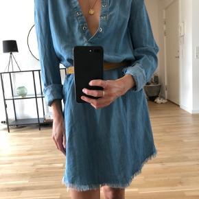 Oversized denim-kjole fra Nelly - brukt ett par ganger. Obs: beltet følger ikke med. Mengderabatt gis