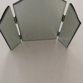 Fint lille foldbart spejl. Mål: 26 cm høj og 27 cm bred 1 cm tykt.