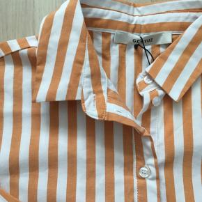 Helt ny sej oversized skjorte, str 34, men er så løs at den kan bruges af en 36/38 ✨